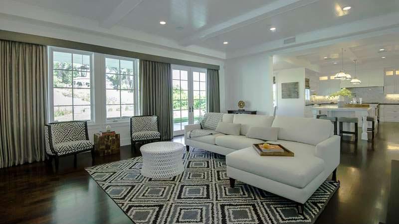 Белый угловой дизайн в гостиной