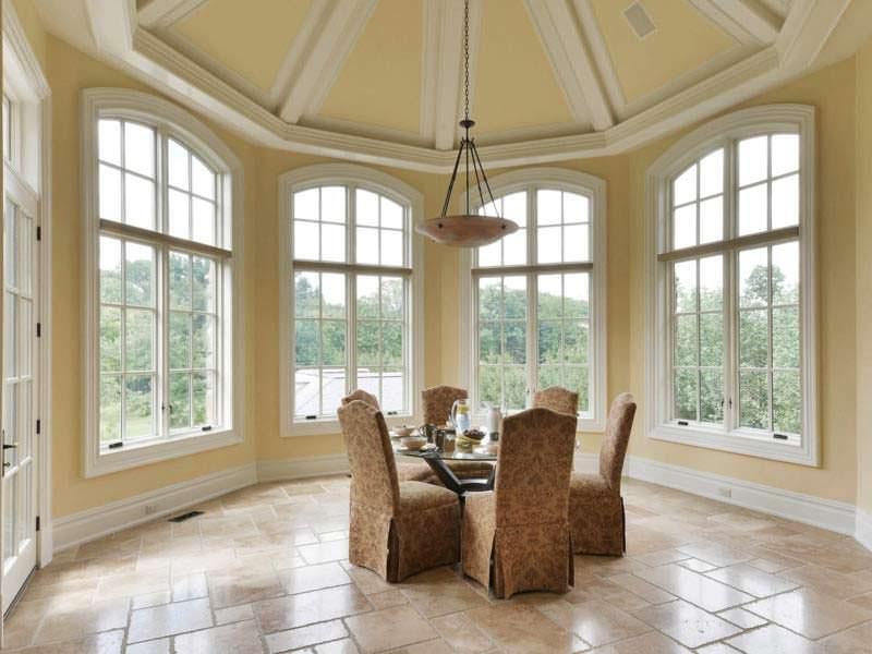 Круглый стол для завтраков в панорамной комнате