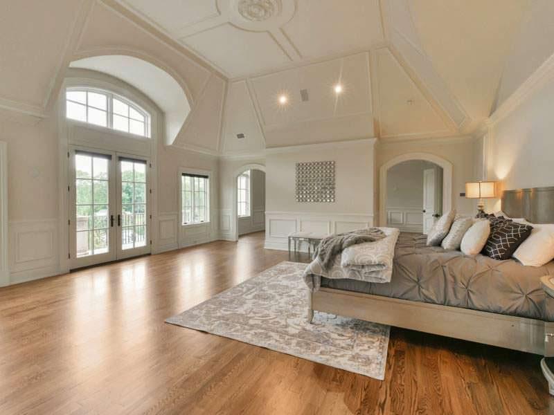 Спальня с высоким потолком в замке Мэри Джей Блайдж