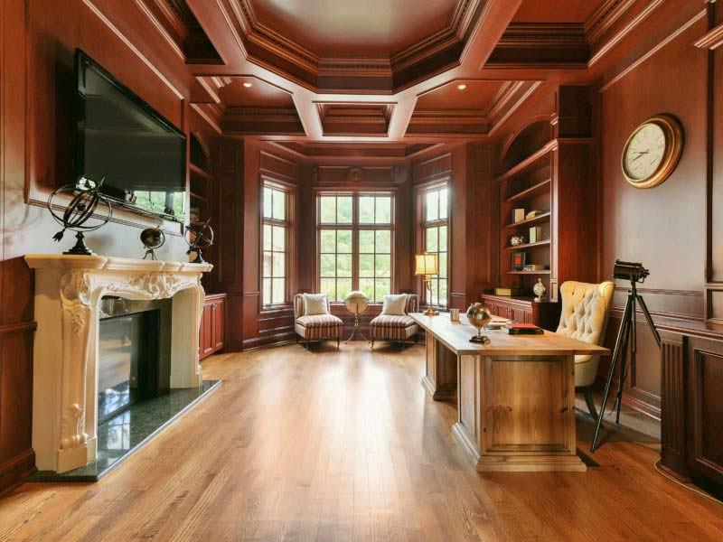 Домашний кабинет с деревянными панелями и камином