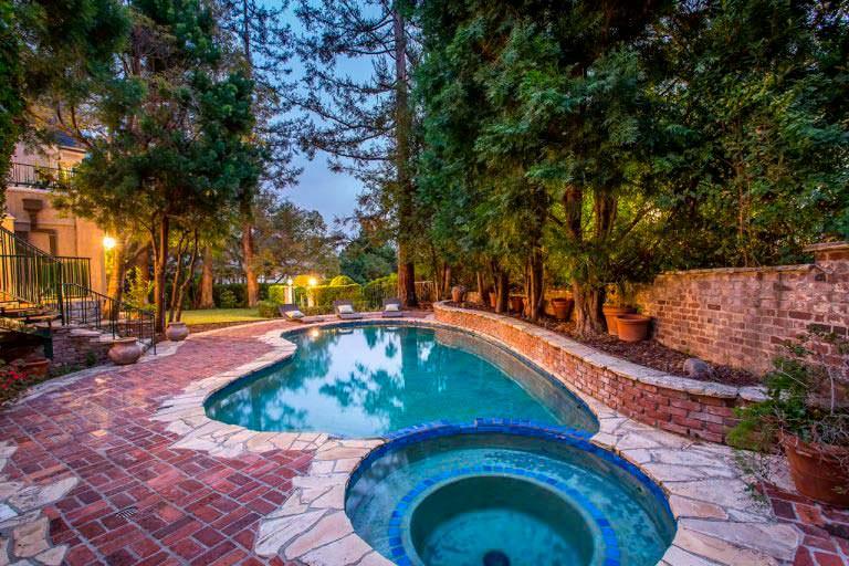 Спа и плавательный бассейн у дома в английском стиле
