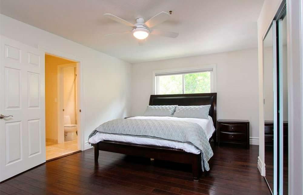 Белые стены и черный пол в дизайне спальни