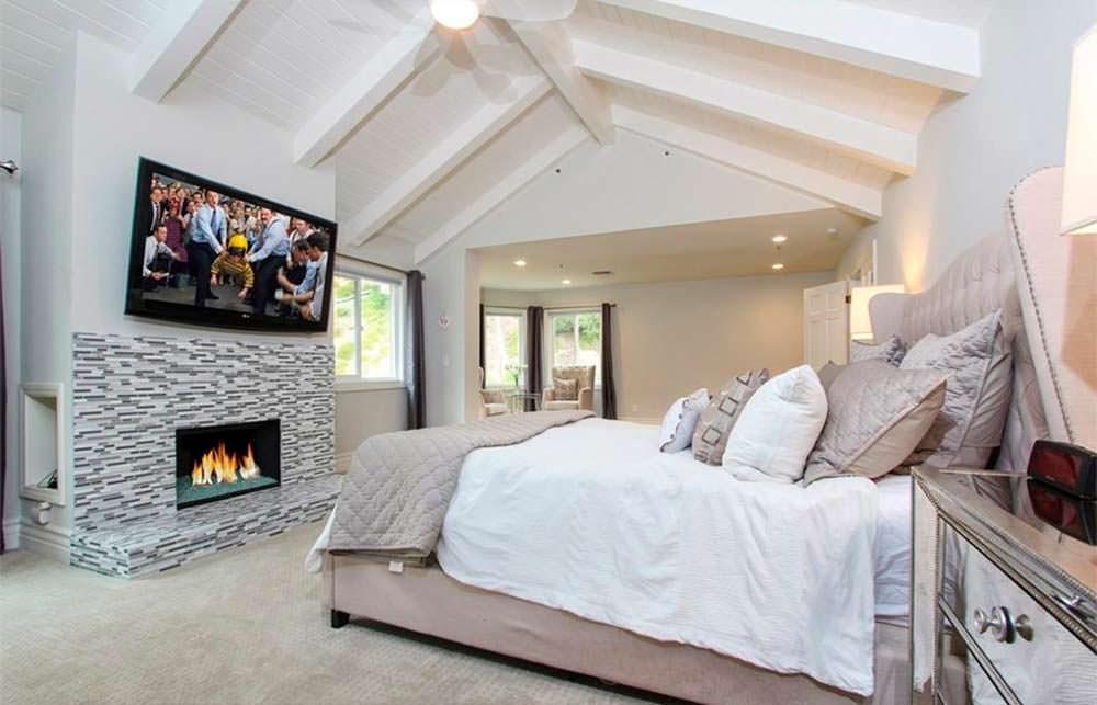 Спальня с камином и сводчатым потолком