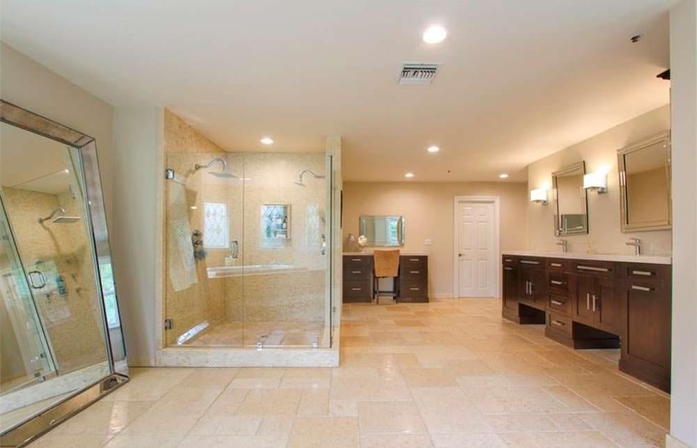 Гигантская ванная комната с двумя душами