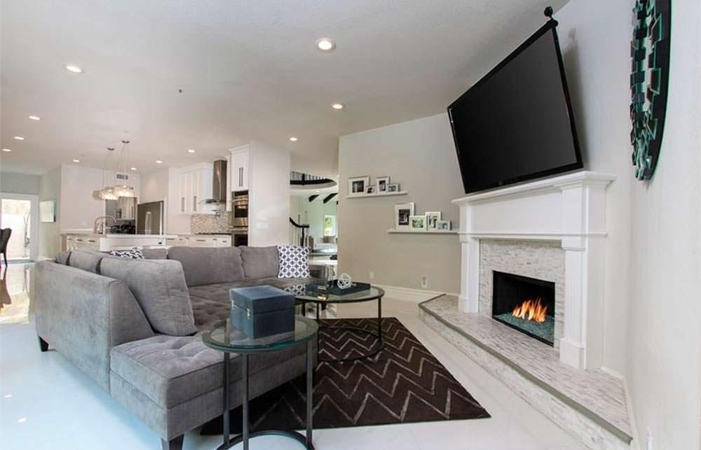 Угловой диван и угловой камин в дизайне гостиной