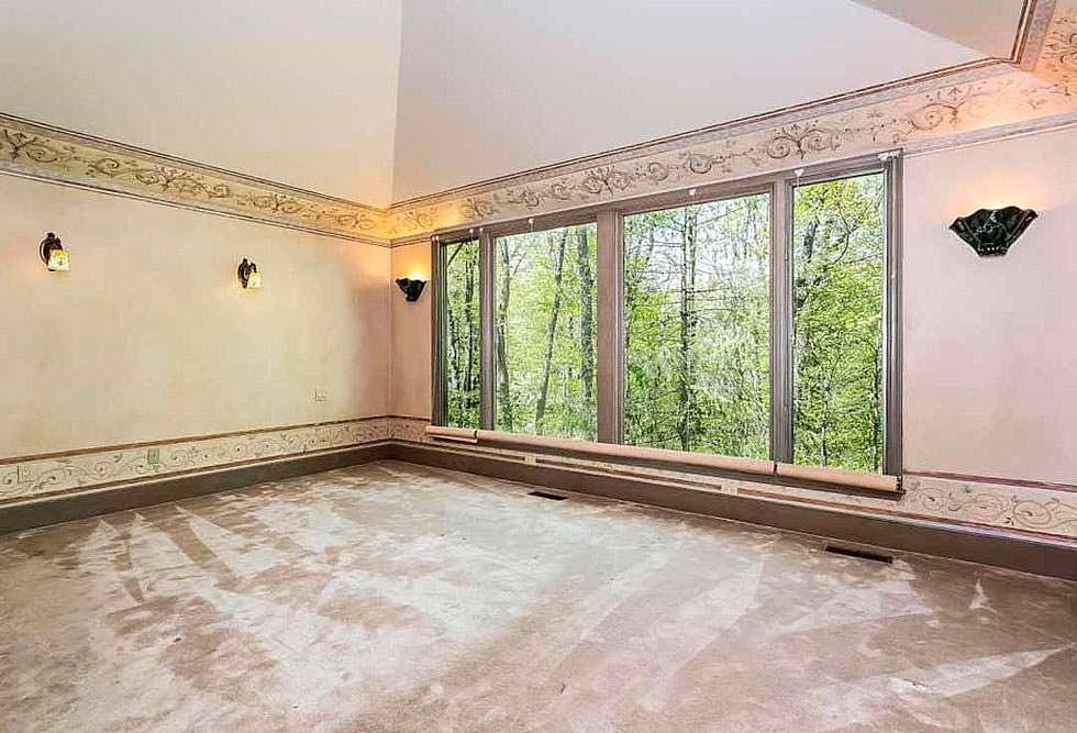 Комната с видом на деревья