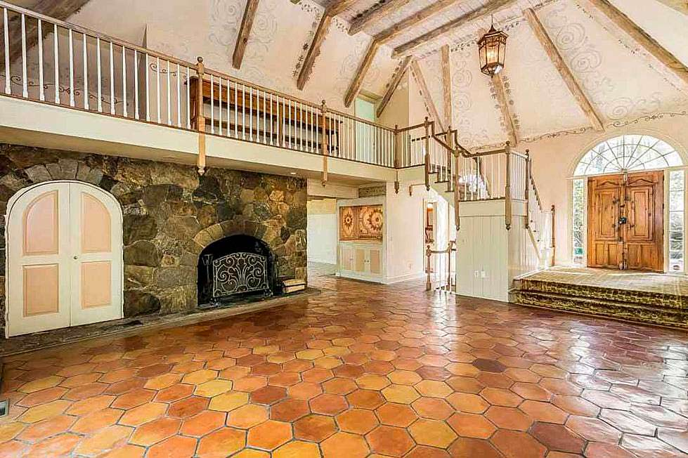 Большая комната с камином в доме Синди Лопер