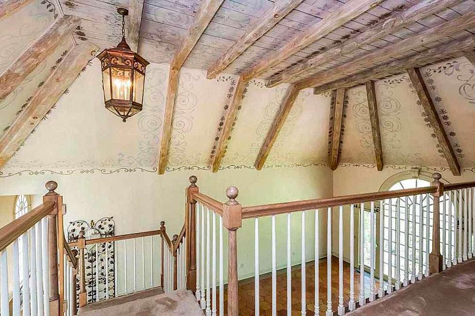 Потолочные балки в доме в стиле кантри