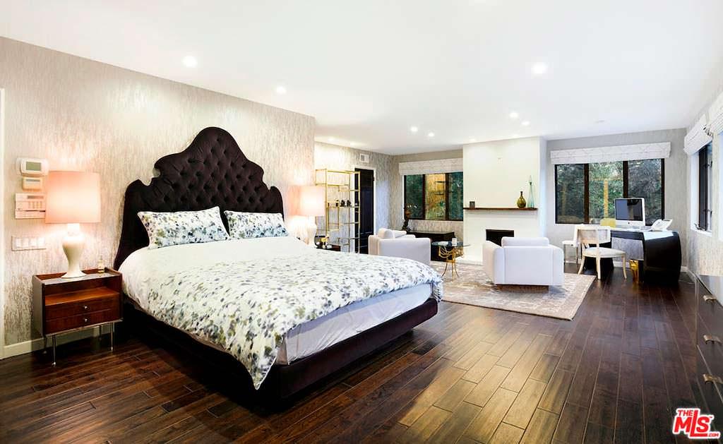 Дизайн спальни с деревянным полом