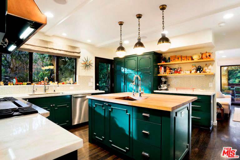 Кухня с островом в доме с тремя спальнями