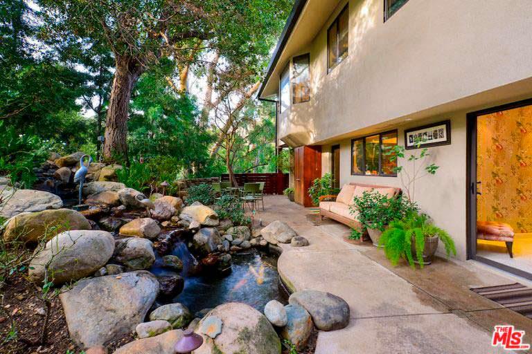 Каменный водопад на заднем дворе дома