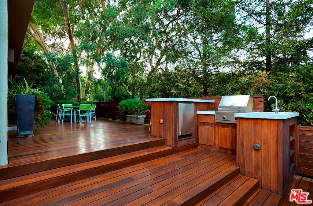 Деревянная терраса и барбекю у дома Тери Хэтчер