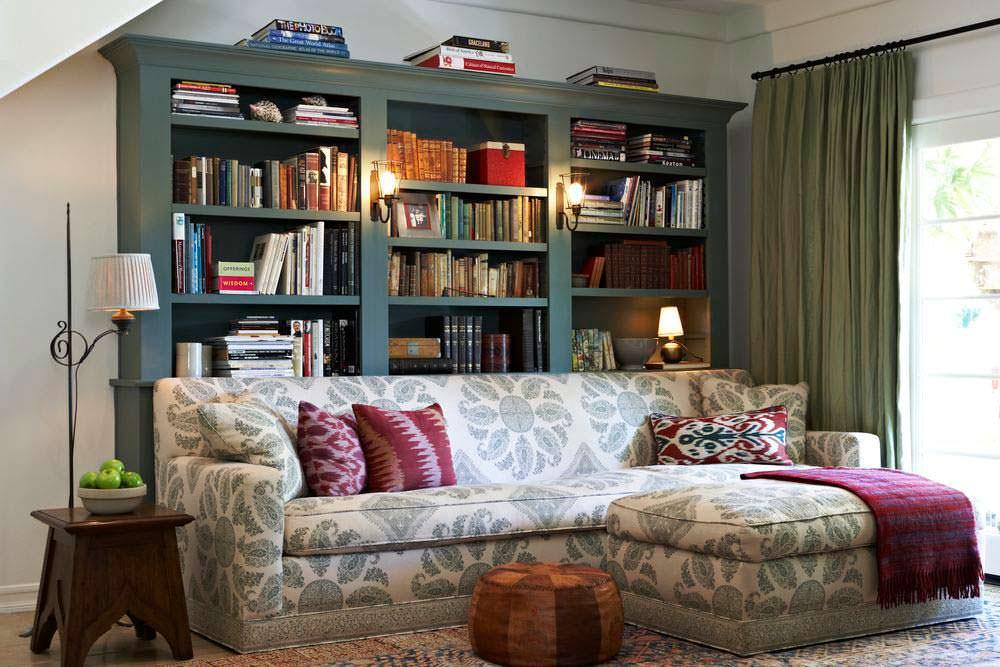Домашняя библиотека с диваном