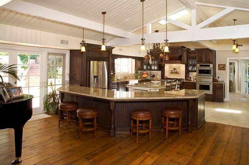 Кухня с барной стойкой в доме Майли Сайрус