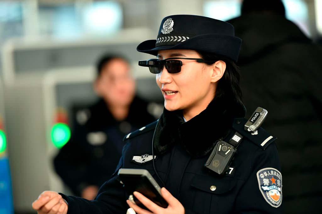 Китайский коп в очках с распознаванием лиц