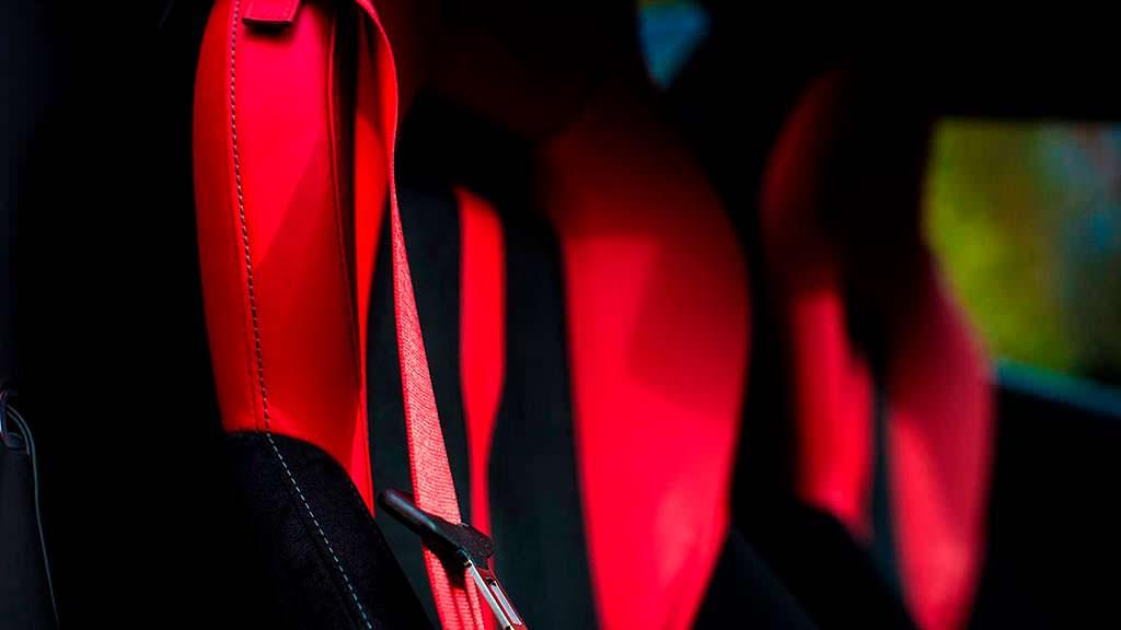 Красные ремни безопасности McLaren 570S Spider
