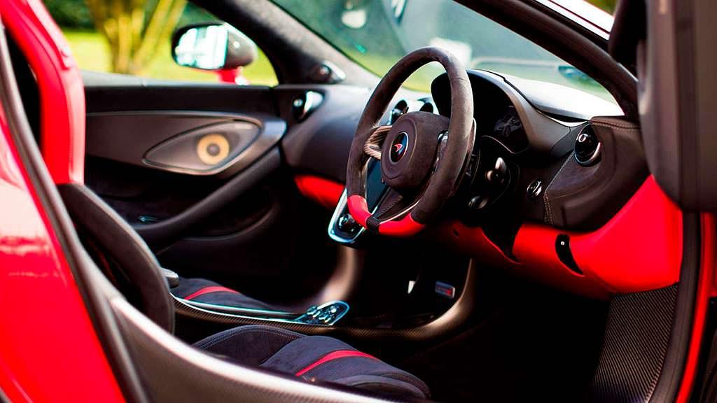 Красно-черный салон McLaren 570S Spider