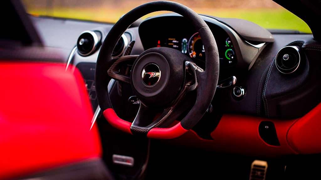 Руль с красной кожаной вставкой McLaren 570S Spider