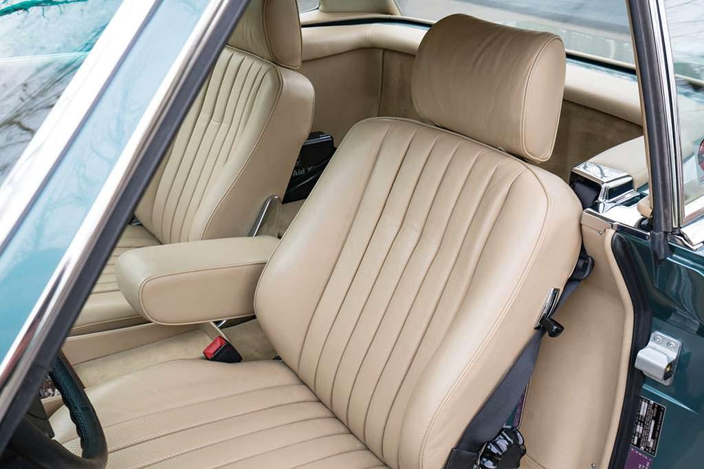 Кожаные сиденья Mercedes-Benz 560 SL 1988 года выпуска