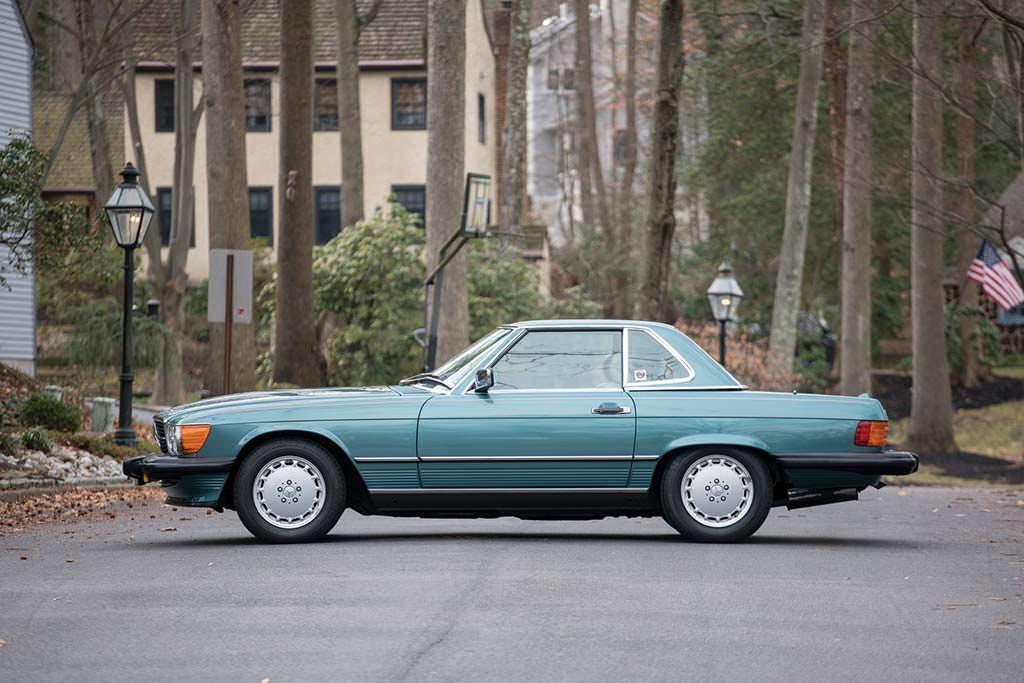 Сине-зеленый Mercedes-Benz 560 SL 1988 года выпуска