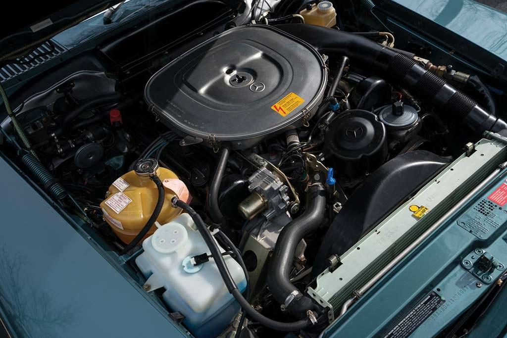 Двигатель 5,5-литра V8 в Mercedes-Benz 560 SL 1988 года