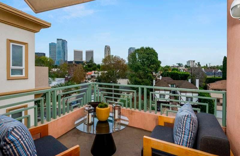 Вид на Лос-Анджелес с балкона квартиры