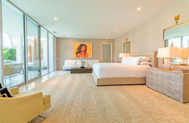 Дизайн спальни с ковром и панорамными окнами