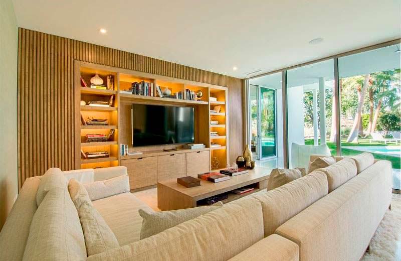 Комната с большим диваном и телевизором