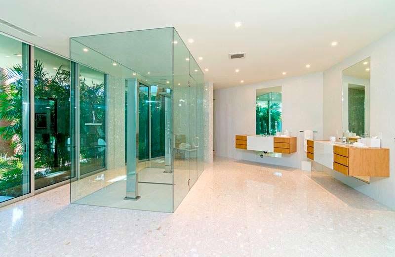 Стеклянная душевая кабинка в панорамной ванной комнате