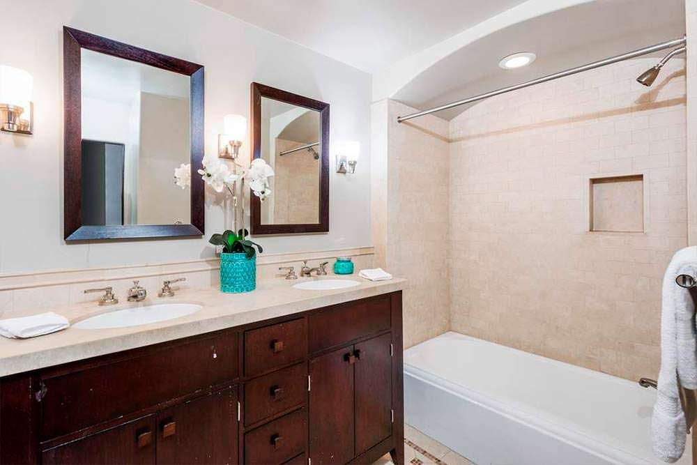 Мебель из красного дерева в ванной комнате