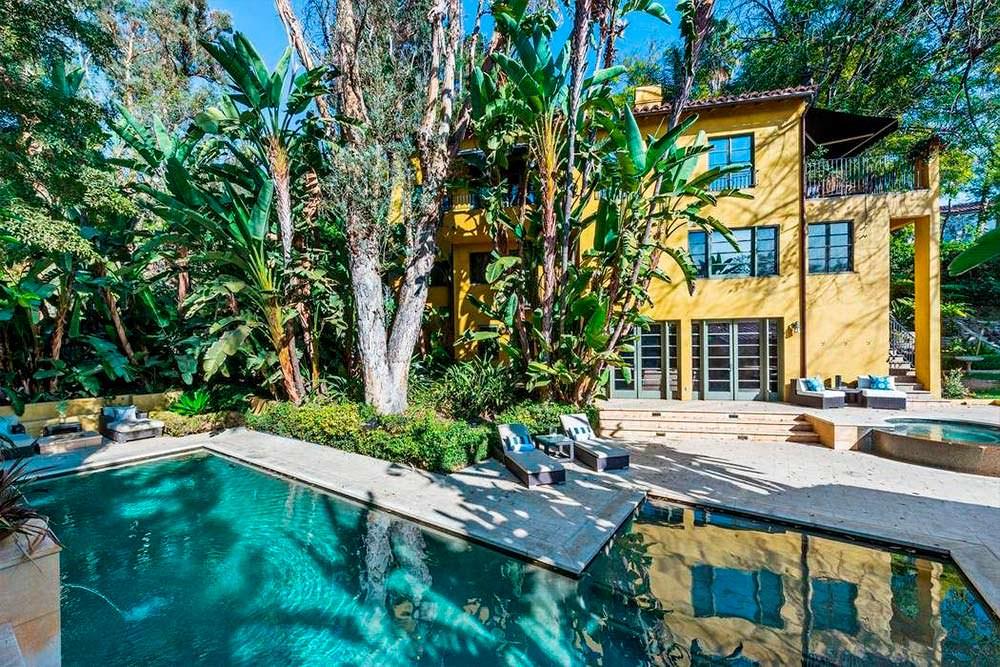 Трехэтажный дом с бассейном и спа