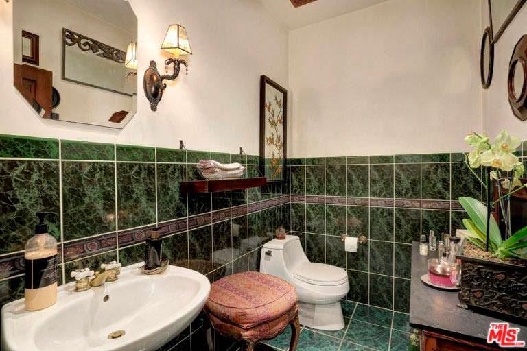 Ванная комната в доме с пятью спальнями