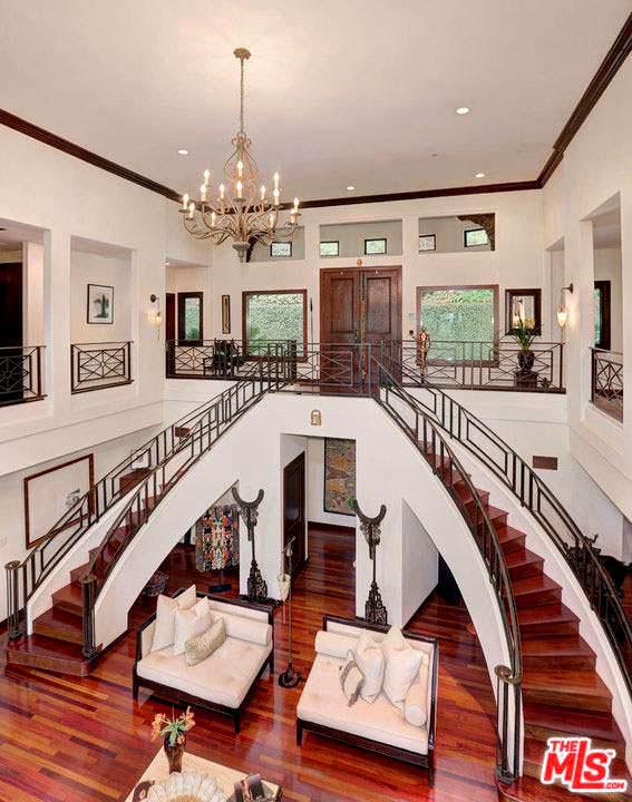 Дом с парадной лестницей