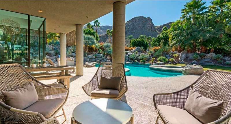 Задний двор с бассейном