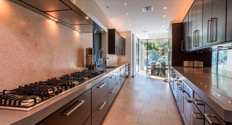 Большая кухня в доме с шестью спальнями