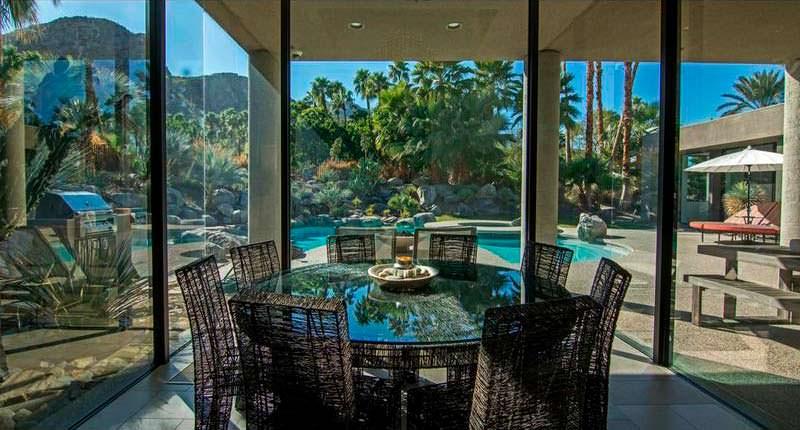 Круглый обеденный стол и вид на бассейн