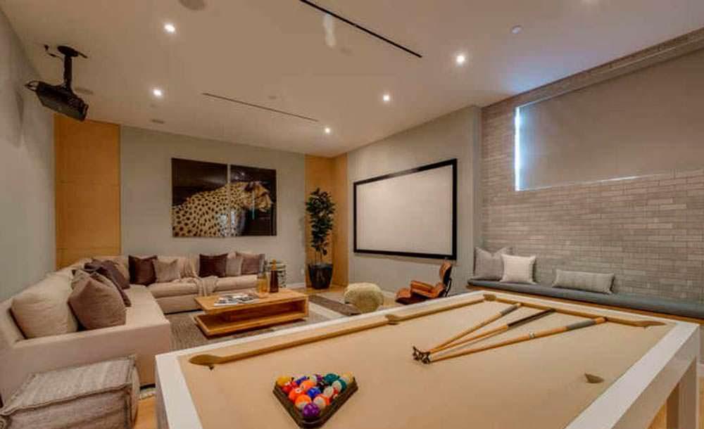 Комната с бильярдным столом и проектором
