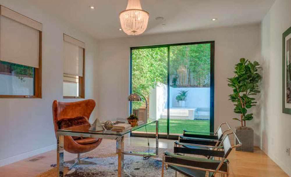 Домашний кабинет со стеклянным столом