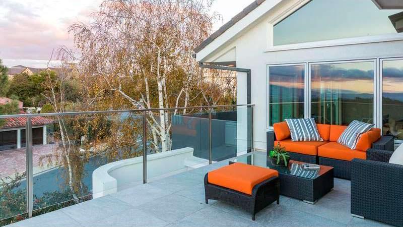 Балкон дома с видом на бассейн