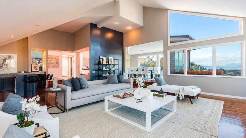 Красивая гостиная с панорамными окнами