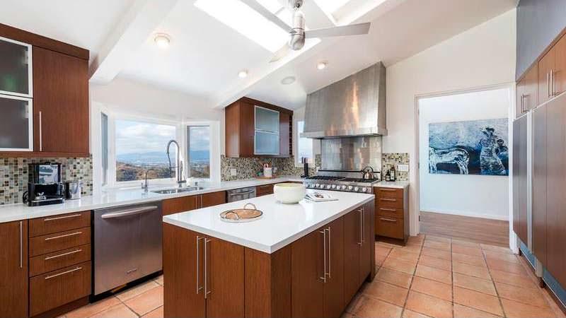 Кухня с видом на Лос-Анджелес
