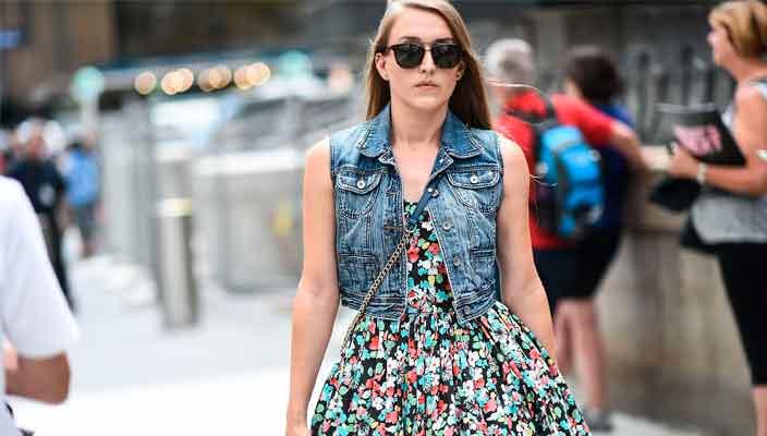 Джинсовые куртки - важный элемент гардероба женщин