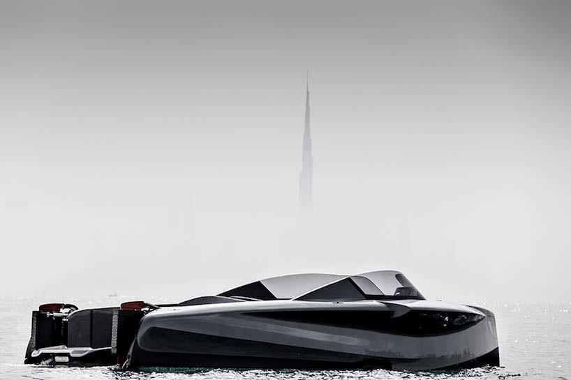 Катер на подводных крыльях Foiler на фоне Башни Бурдж Халифа