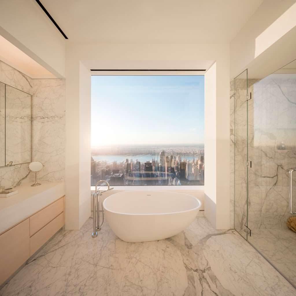 Ванная комната с видом на Манхэттен
