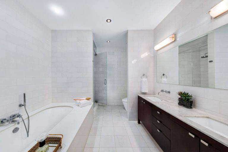 Шикарная ванная комната в квартире звезды