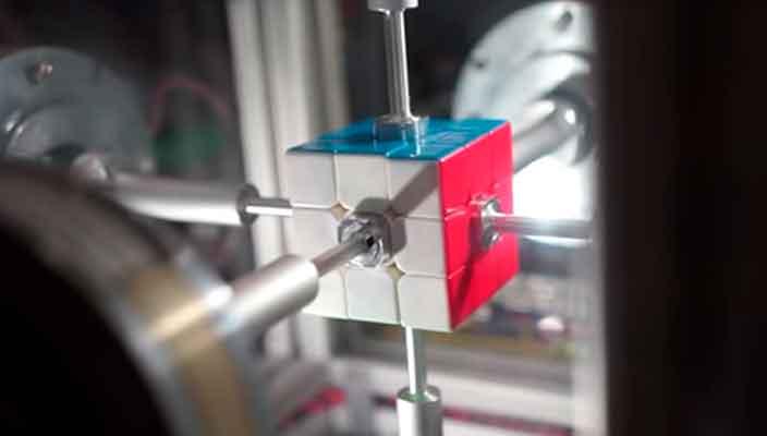 Робота научили собирать кубик Рубика быстрее чем за секунду