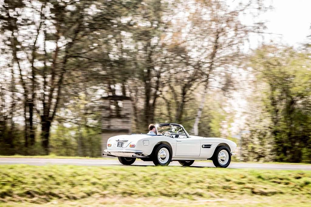 Классический спортивный автомобиль BMW 507