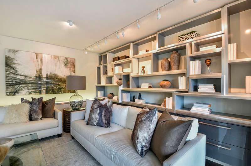 Книжные полки в дизайне гостиной