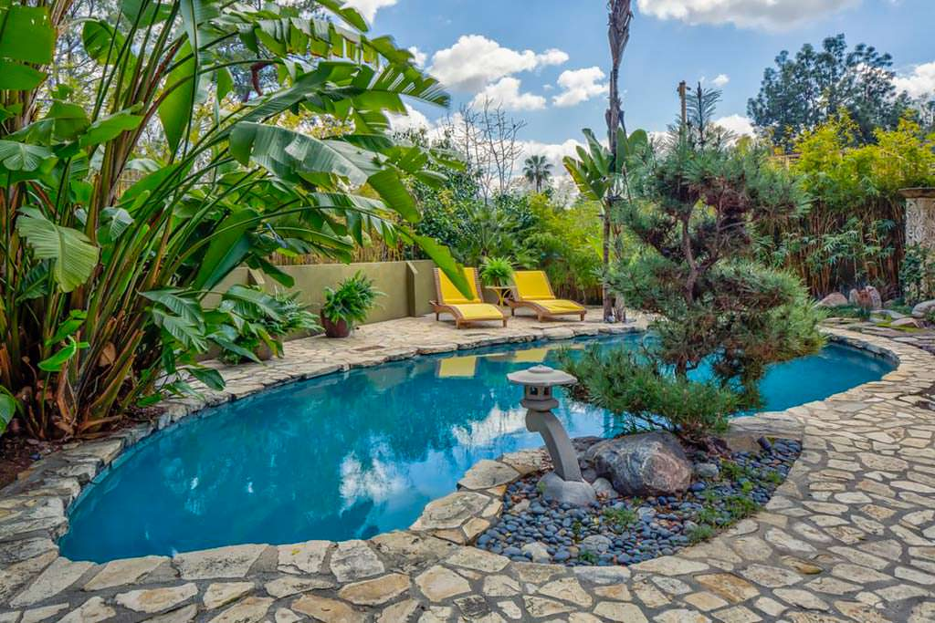 Дом знаменитости с бассейном в Голливуде