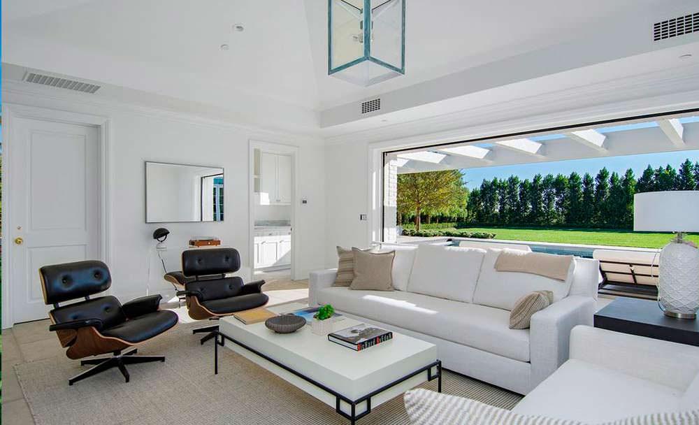 Комната с панорамным видом на бассейн
